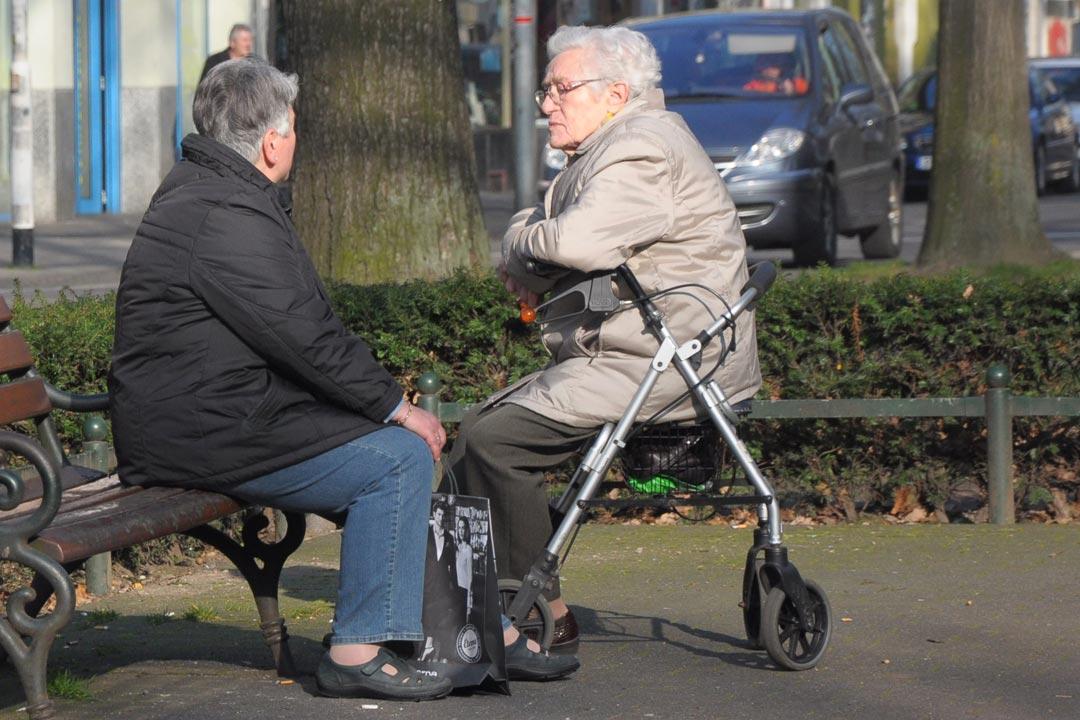 alte Frauen auf Parkbank