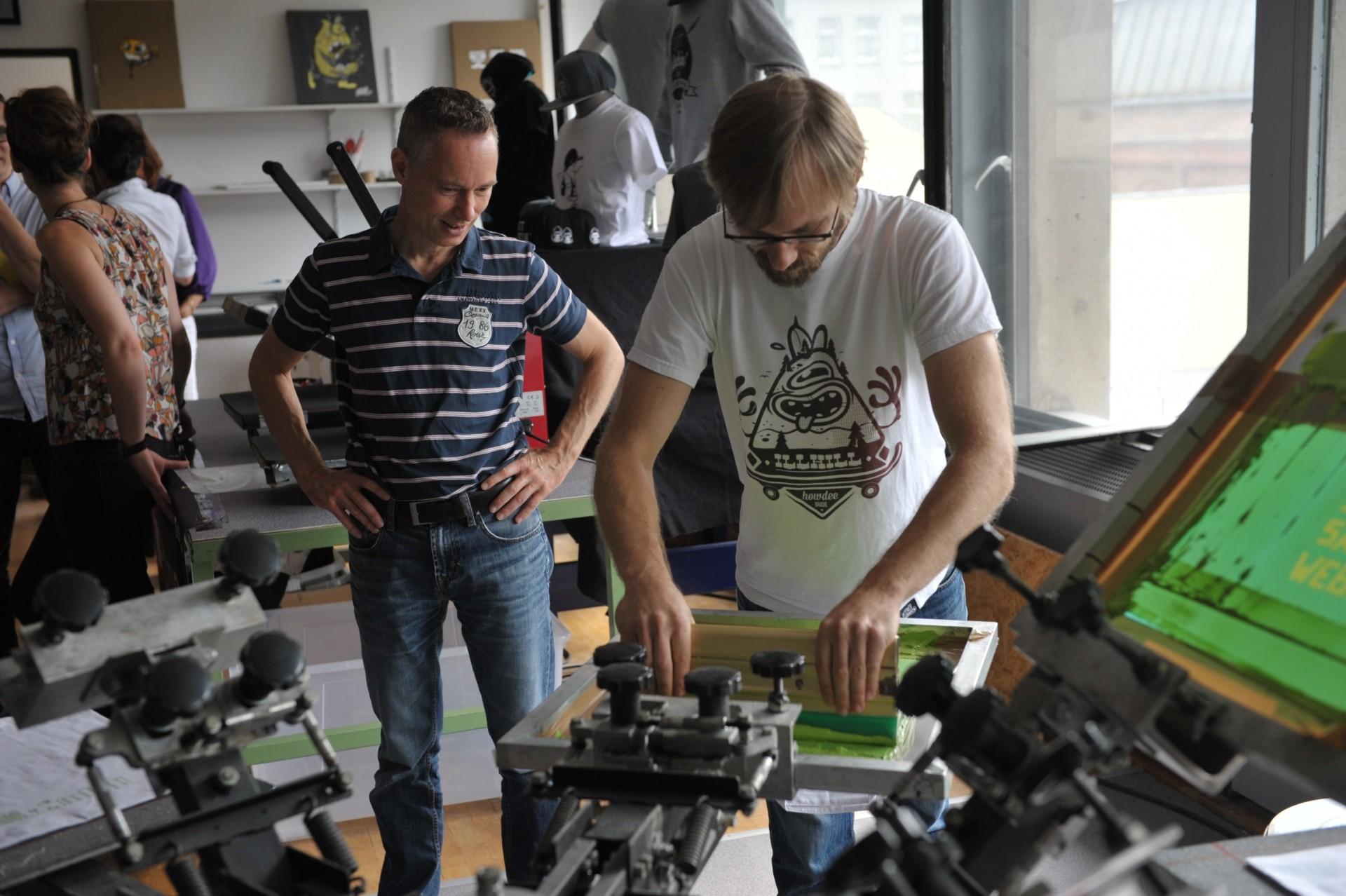 Deseng - an der Siebdruckmaschine, Foto: Eberhard Weible